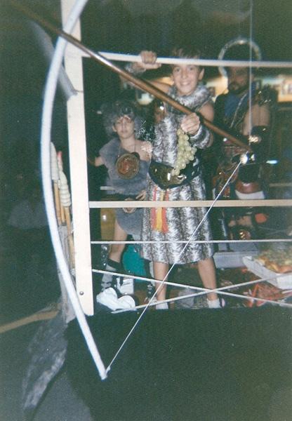 Jose Fco y Vicente junto a Ricardo Pardo en la carroza de los salvajes
